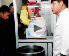 学校食堂新型喜洋洋刀削面机器人削面视频